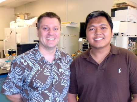 Chino Cabalteja (r), GPA student in Molecular Bioscience and 