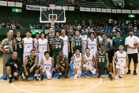 Basketball teams from UH and Japan on the court