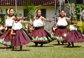 hula dancers at Windward Community College hoolaulea