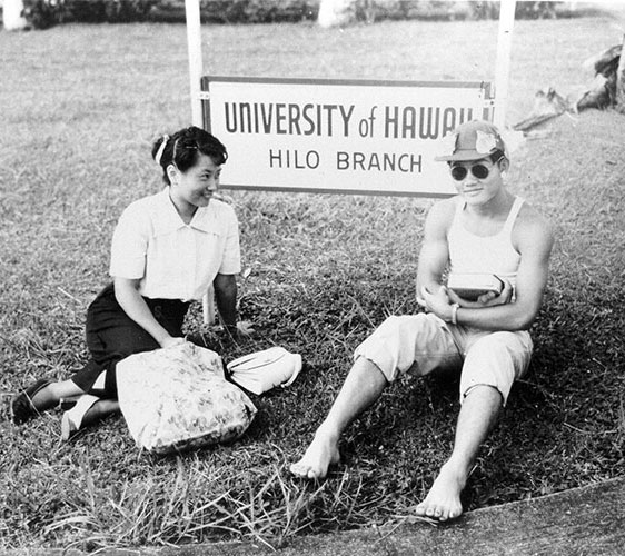 students in front of UH Hilo Branch sign