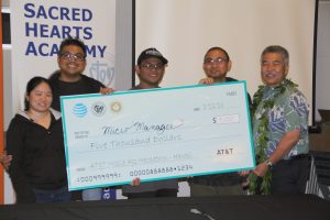 UH tech students and Governor Ige posing with prize check
