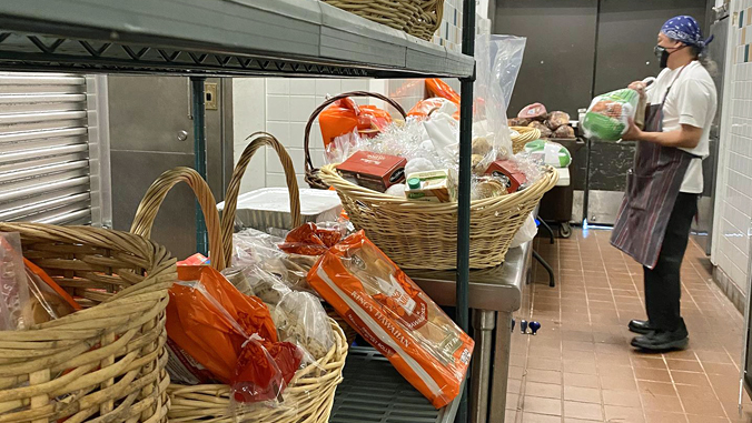 person prep food baskets
